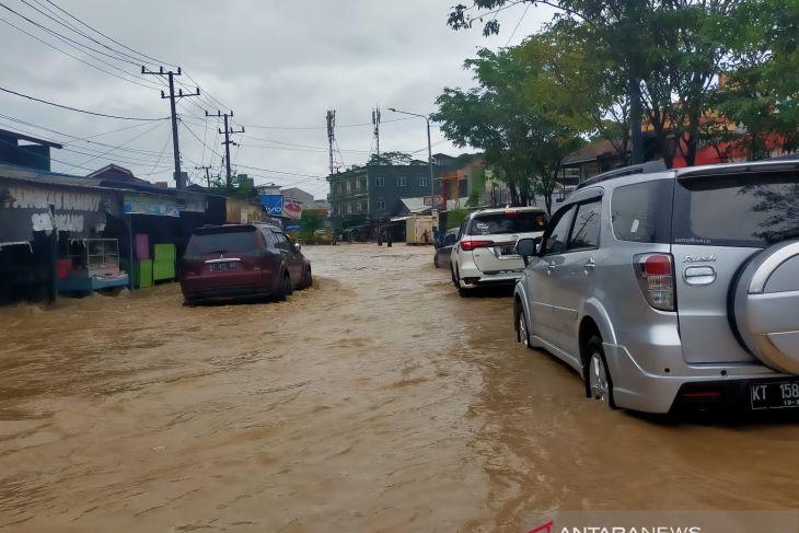 Banjir menggenangi sejumlah ruas jalan dan rumah di Samarinda