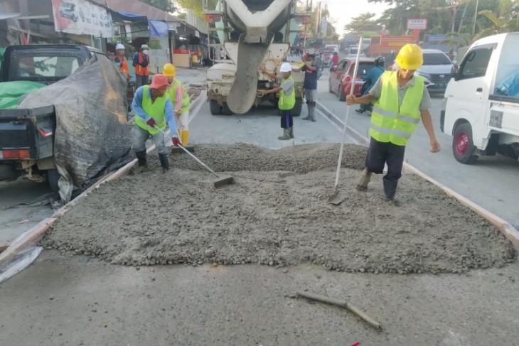 Dinas PU Kukar perbaiki jalan rusak di depan SPBU Tenggarong Seberang
